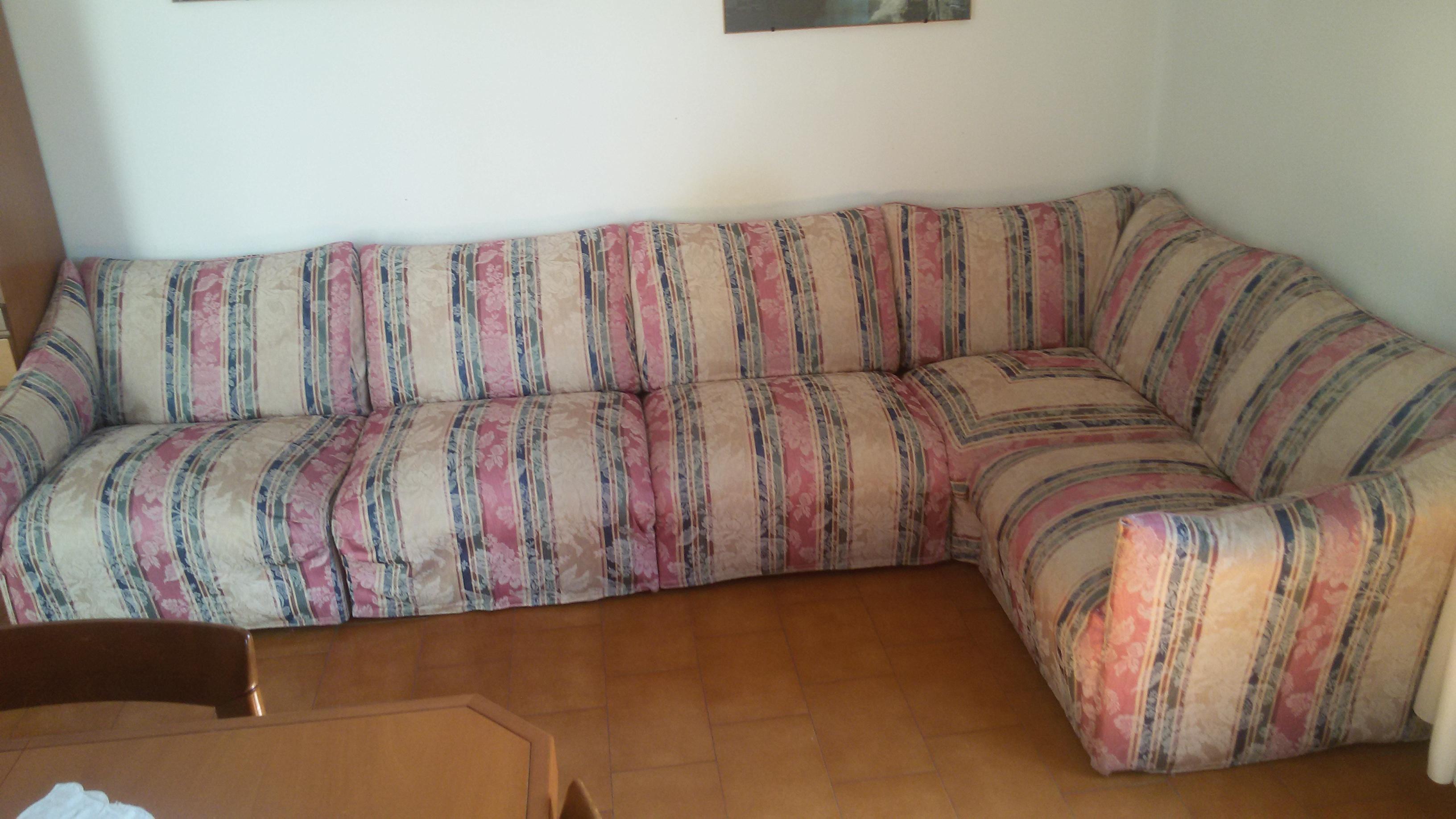 Vendo divano 5 posti sfoderabile a euro 250 00 2 mobili for Divano 100 euro